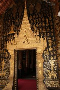 One of the exquisite entrances of Wat Saen